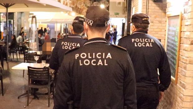 Patrulla policial en una zona de hostelería de Alicante