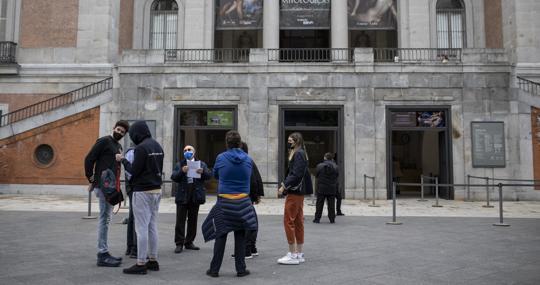 Un guía turístico, este jueves, a las puertas del Museo del Prado