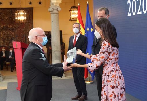 La Reina ofrece el premio al investigador Francisco sánchez