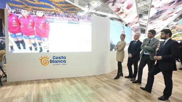 El diputado provincial de Turismo, Eduardo Dolón (derecha) y el presidente de la Diputación, Carlos Mazón (centro) en el espacio de la Costa Blanca en Fitur 2021