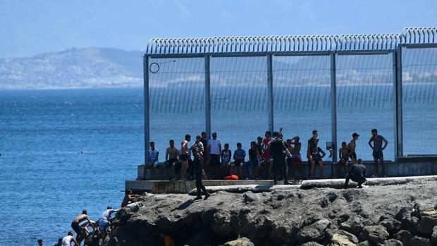El 'Gobierno bonito' del Aquarius se estrella en Arguineguín y colapsa en Ceuta