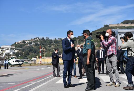 El presidente del Gobierno, Pedro Sánchez, saluda a un agente de Guardia Civil a su llegada al Helipuerto de Ceuta