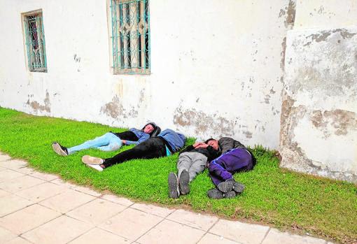 Jóvenes duermen en las calles de Castillejos