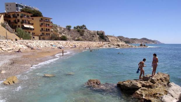 Bañistas en la playa de los Esutudiantes de Villajoyosa