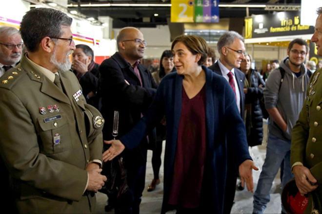 Ada Colau dijo en el Salón de la Enseñanza, que la presencia de un 'stand' militar no era grata