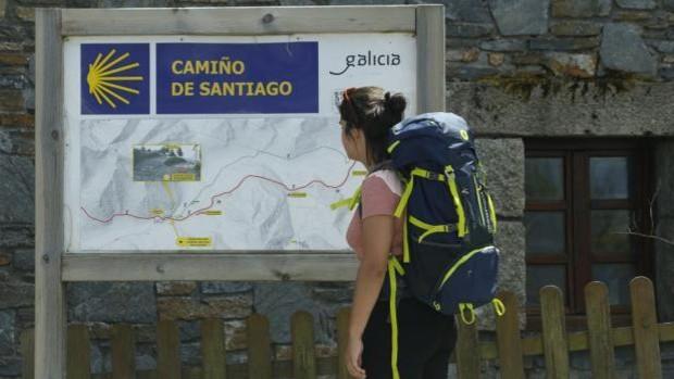 Una peregrina en el Camino francés, en el municipio de O Cebreiro