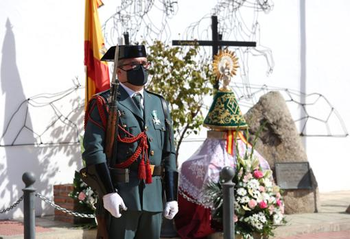 The image of the Virgen del Pilar, guarded by a civil guard