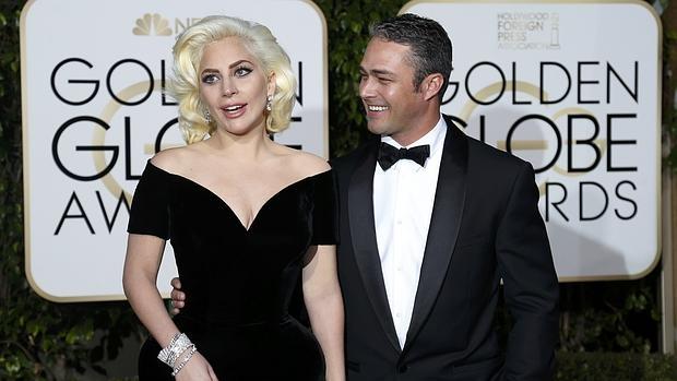 Gaga y Kinney a su llegada a la gala de los Globos de Oro