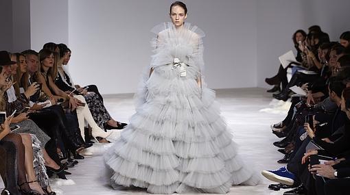 Vestido de volantes confeccionado en tul de Valli
