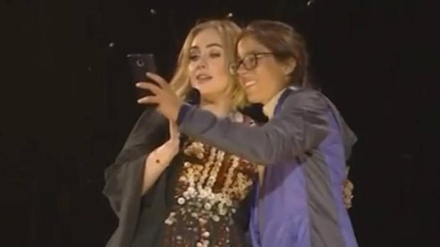 Adele y una fanática en el Festival de Glastonbury