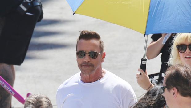 Arnold Schwarzenegger ha aparecido en el set de rodaje con un aspecto mucho más juvenil