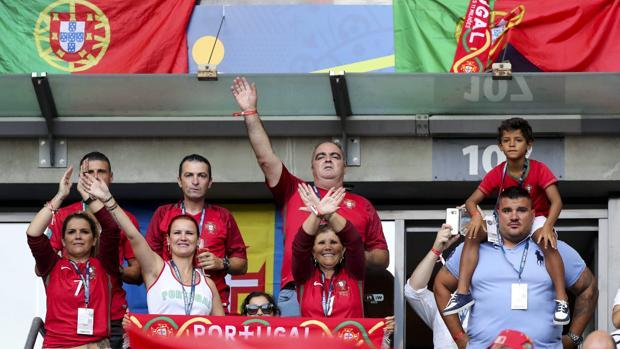 José Andrade y Dolores Aveiro animando en un partido de la selección portuguesa