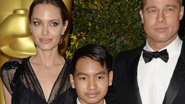 Angelina Jolie y Brad Pitt, junto a su hijo Maddox en una entrega de premios en 2013