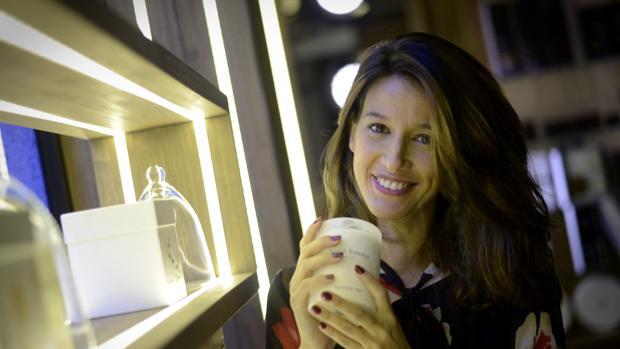 María Jurado posa para ABC, junto a su nueva colección de velas