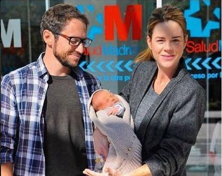 Amelia Bono y Manuel Martos posan junto al cuarto hijo de la pareja, Jaime