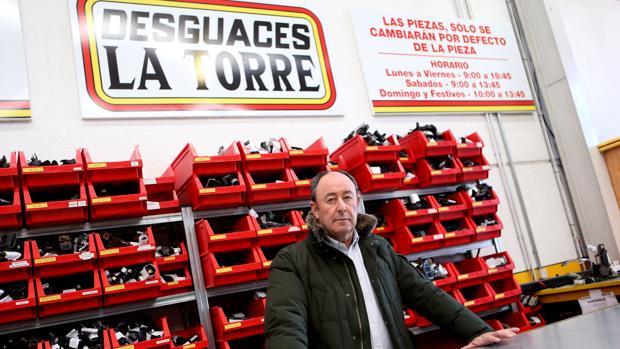 Luis Miguel Rodríguez en su desguace La Torre, en Madrid