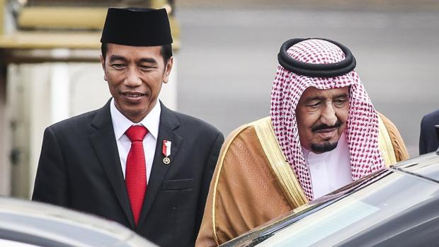 El presidente indonesio Joko Widodo recibió al rey saudí a su llegada a Jakarta