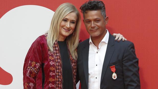 Alejandro Sanz junto a Cristina Cifuentes en la foto que dio origen a la polémica