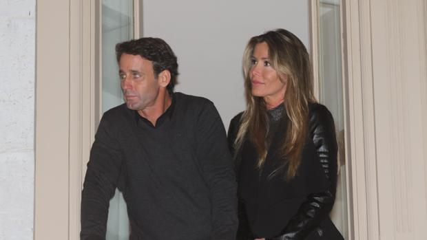 En Semana Santa, Álvaro Muñoz Escassi y Raquel Bernal presenciaron las procesiones de Málaga. En la image, en un balcón de la calle Larios
