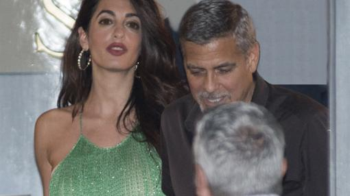 Amal, elegante en su vestido verde