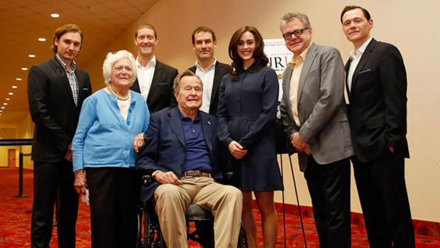 Heather Lind (a la izquierda de Bush padre) acusó al expresidente de manosearla mientras se tomaba esta imagen, en 2014, en la que también aparece Barbara Bush
