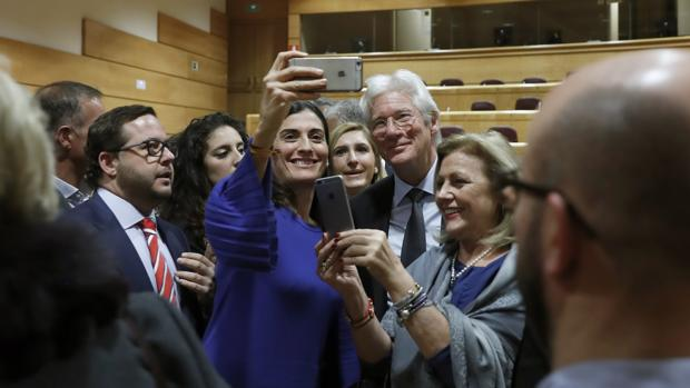 Richard Gere posa sonriente junto a los senadores