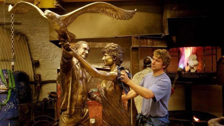 Harrods Anuncia Que Retirara La Estatua De Diana De Gales Y Dodi Al Fayed