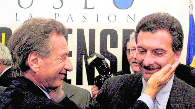 Franco Macri, a la izquierda, saluda a su hijo Mauricio en Buenos Aires, en una imagen de 2003