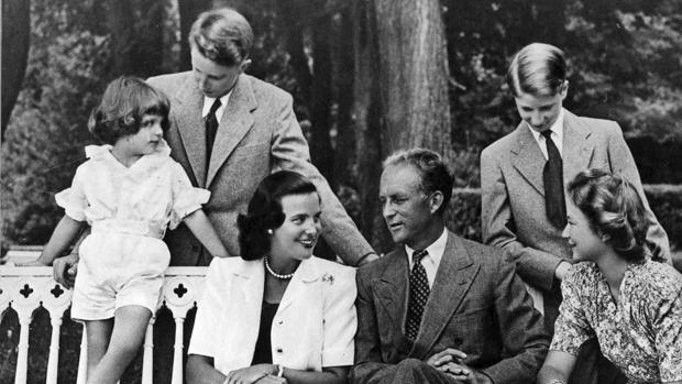 La Princesa Lilian y el Rey Leopoldo III (centro) en 1945, rodeados de cuatro de los seis hijos del monarca belga. De izquierda a derecha, Alberto, Balduino, Alejandro y Josefina-Carlota