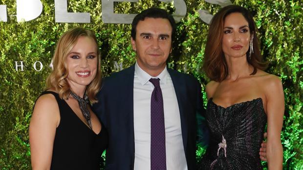 El empresario Abel Matutes, con su mujer Linda Scaperotto y la modelo Eugenia Silva