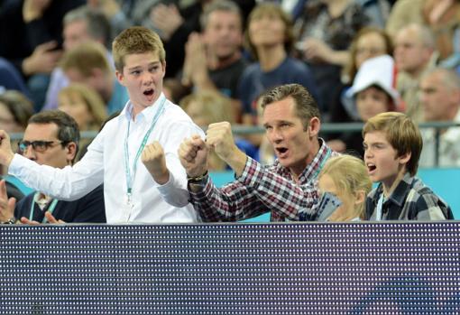 Iñaki Urdangarín y sus hijos, Juan, Pablo e Irene, durante la final del Mundial de Balonmano 2013