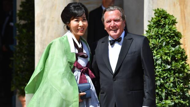 Gerhard Schröeder y su mujer, Soyeon Kim, en el festival de Bayreuth