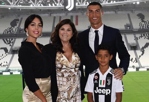 Cristiano Ronaldo junto con parte de su familia y su novia, la modelo Georgina Rodríguez