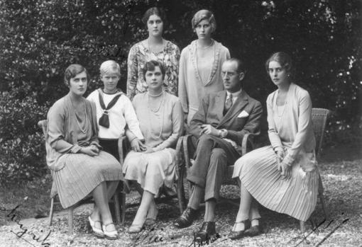 Sentados: Margarita, la Princesa Alicia, el Príncipe Andrés y Teodora. De pie: el Principe Felipe vestido de marinero, Cecilia y Sofía.