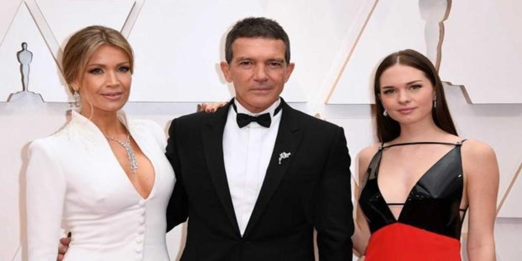 Stella del Carmen deslumbra en su debut en los Oscar con un «look» rompedor en rojo y negro