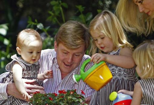 King William with his wife and daughters in December 2007