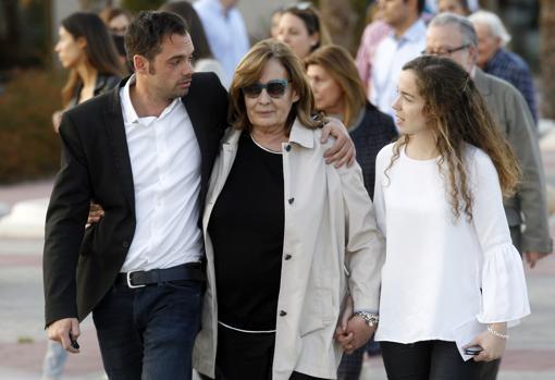 María del Pilar Piniella Merino y su hijo durante el entierro de Jose María Íñigo en Madrid