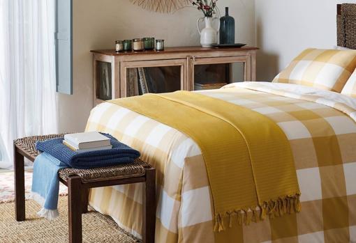 Funda nórdica Vichy Room (desde 45,95 €) y manta decorativa Bergen Room (29,95 €) de El Corte Inglés