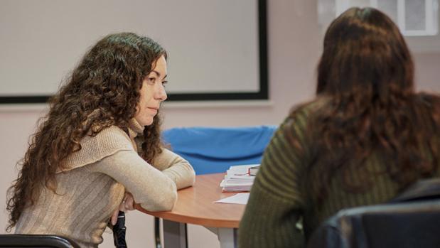 Irene Gallego, del proyecto Conviviendo, durante un diálogo con una adolescente