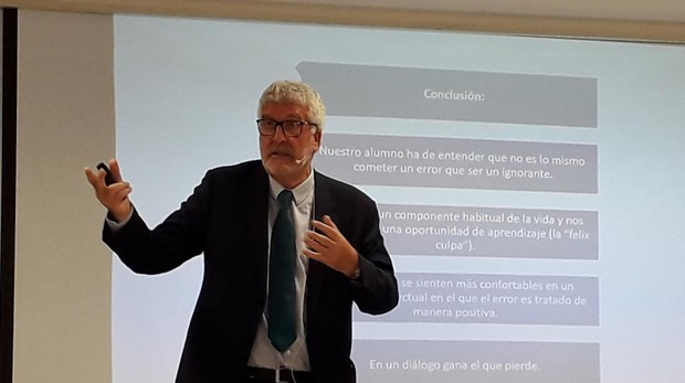 Gregorio Luri durante su ponencia en el Colegio Entreolivos de Sevilla