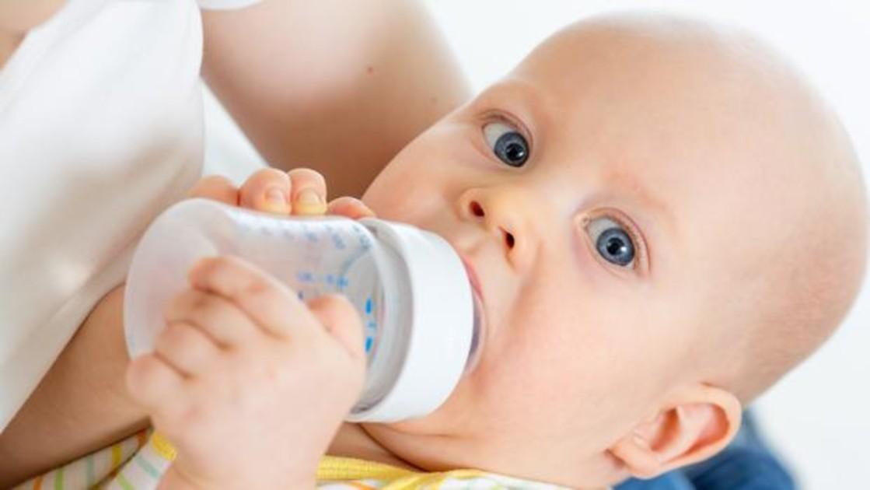hay que dar agua a un recien nacido
