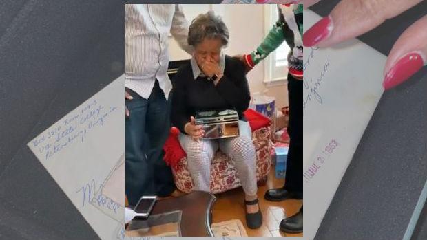 Las lágrimas de una abuela al recibir el regalo de Navidad de su familia: las viejas cartas de amor de su marido fallecido