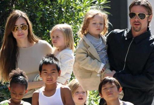 Angelina Jolie y Brad Pitt junto a sus hijos