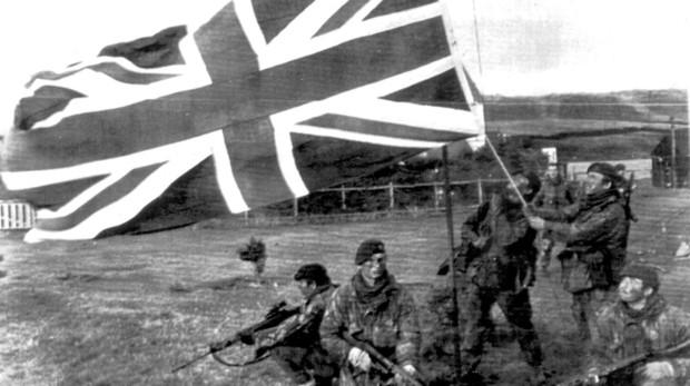 Soldados izando la bandera del Reino Unido en las Islas Malvinas