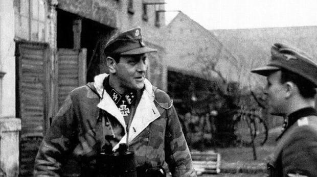Skorzeny, ataviado con su equipo de combate