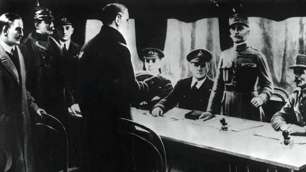 La delegación francesa y alemana, en el vagón donde se firmó la paz en la Primera Guerra Mundial antes del Tratado de Versalles