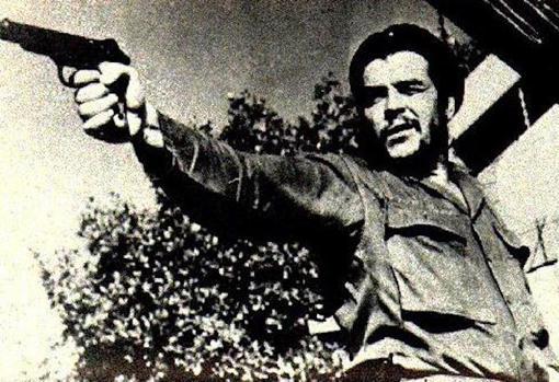 El Che Guevara apunta su arma