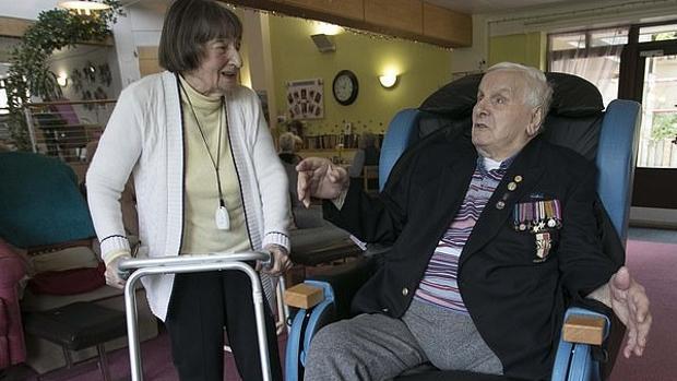La enfermera (Maria Kowalska, izquierda) y el soldado polaco(Waclaw Domagala, derecha) se reunieron en un hogar de asistencia del Reino Unido 75 años después