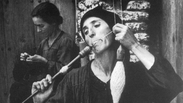 Detalle de «La hilandera» fotografiada por Eugene Smith en 1950 en el pueblo extremeño de Deleitosa