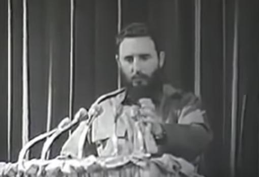 Castro lee la carta del Che